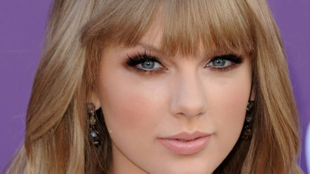 Taylor-Swift-ACM-Awards-2012-closer