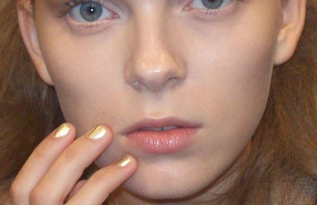 Model-with-gold-nails