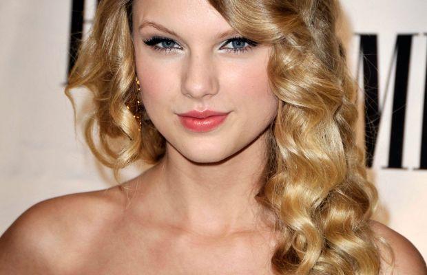 Taylor Swift long curly hair