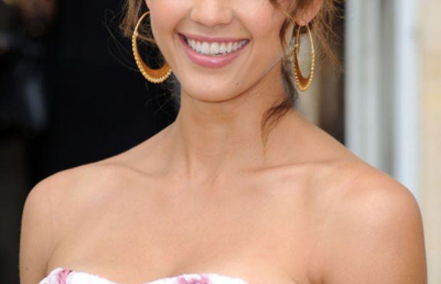 Jessica-Alba-soft-waves-pink-lip