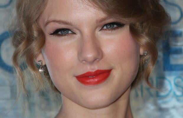 Taylor-Swift-Peoples-Choice-Awards-Jan-2011