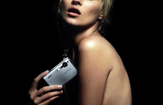 Kate-Moss-holding-camera