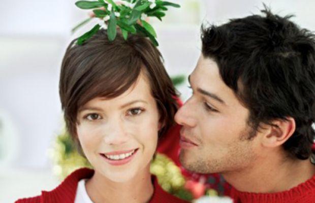 christmas-mistletoe-couple
