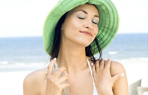 Woman-applying-fragrance