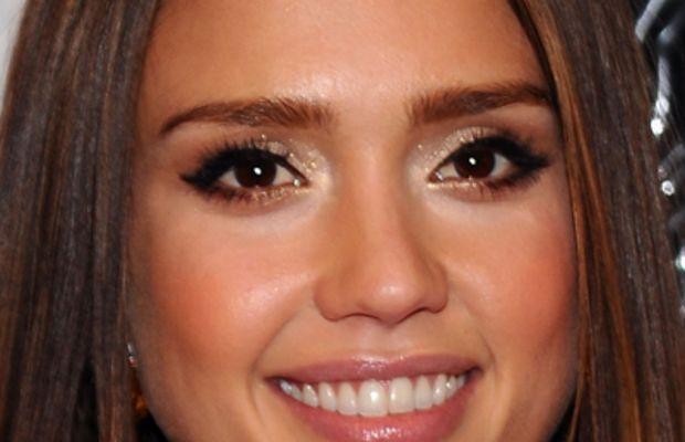 Jessica-Alba-gold-sparkly-eyeshadow