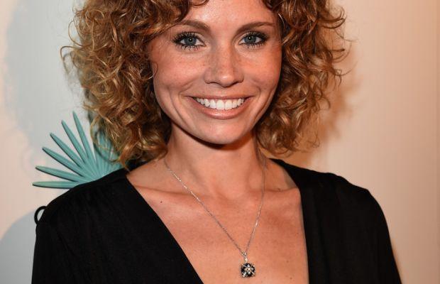 Katie Cooper medium curly hair