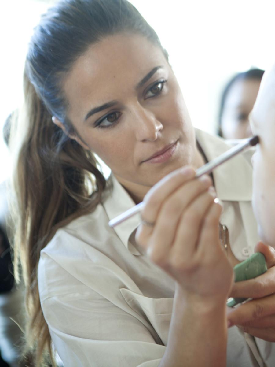 Jenna Menard demonstrating the Clinique makeup look