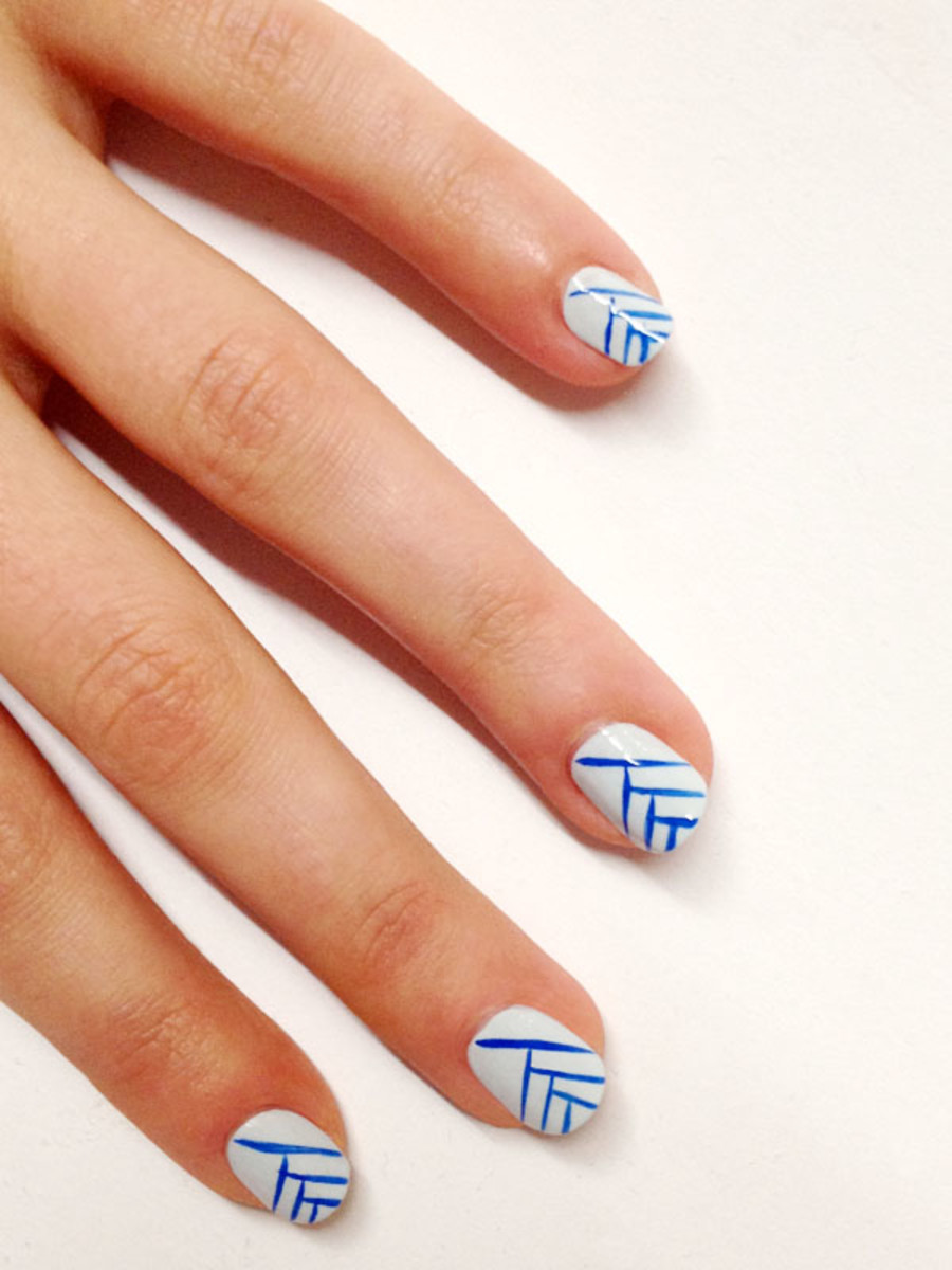 Line nail art tutorial (1) - Try This Blue And White Line Nail Art For Summer! - Beautyeditor