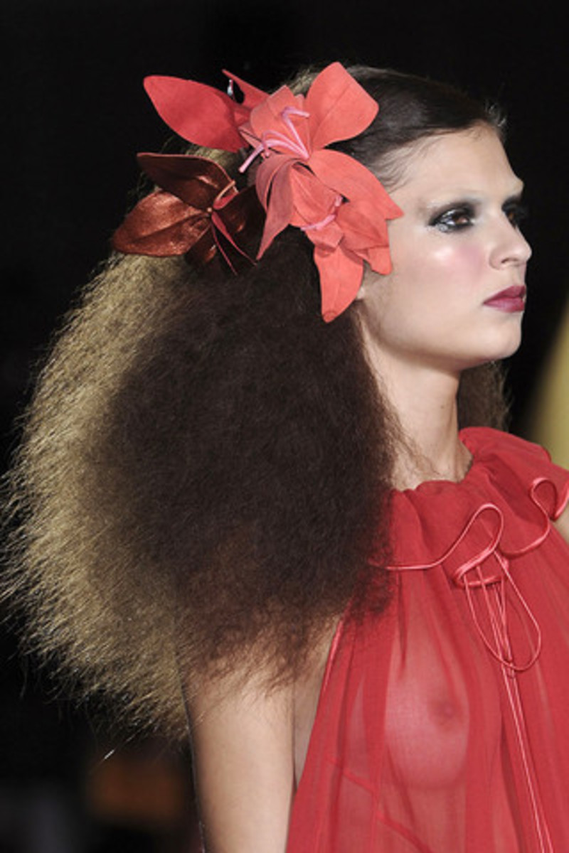 MARC-JACOBS-SPRING-RTW-2011-BEAUTY-004_runway