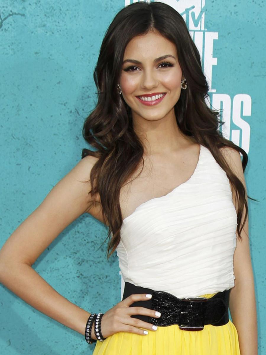 Victoria Justice - MTV Movie Awards 2012 nails