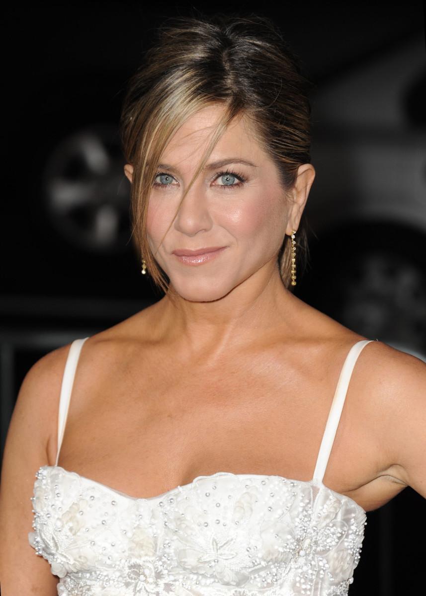 Face lighter than body - Jennifer Aniston