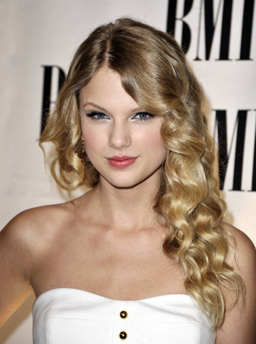 Taylor Swift long curly hair