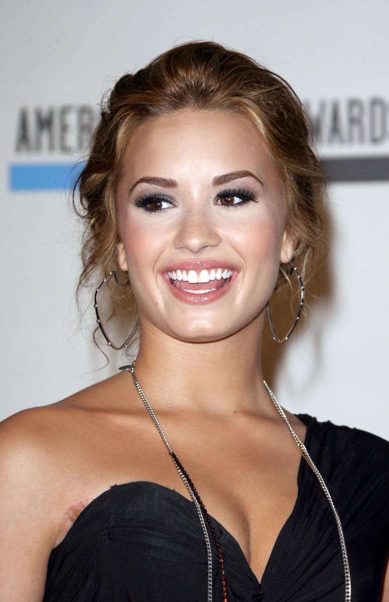 Face lighter than body - Demi Lovato