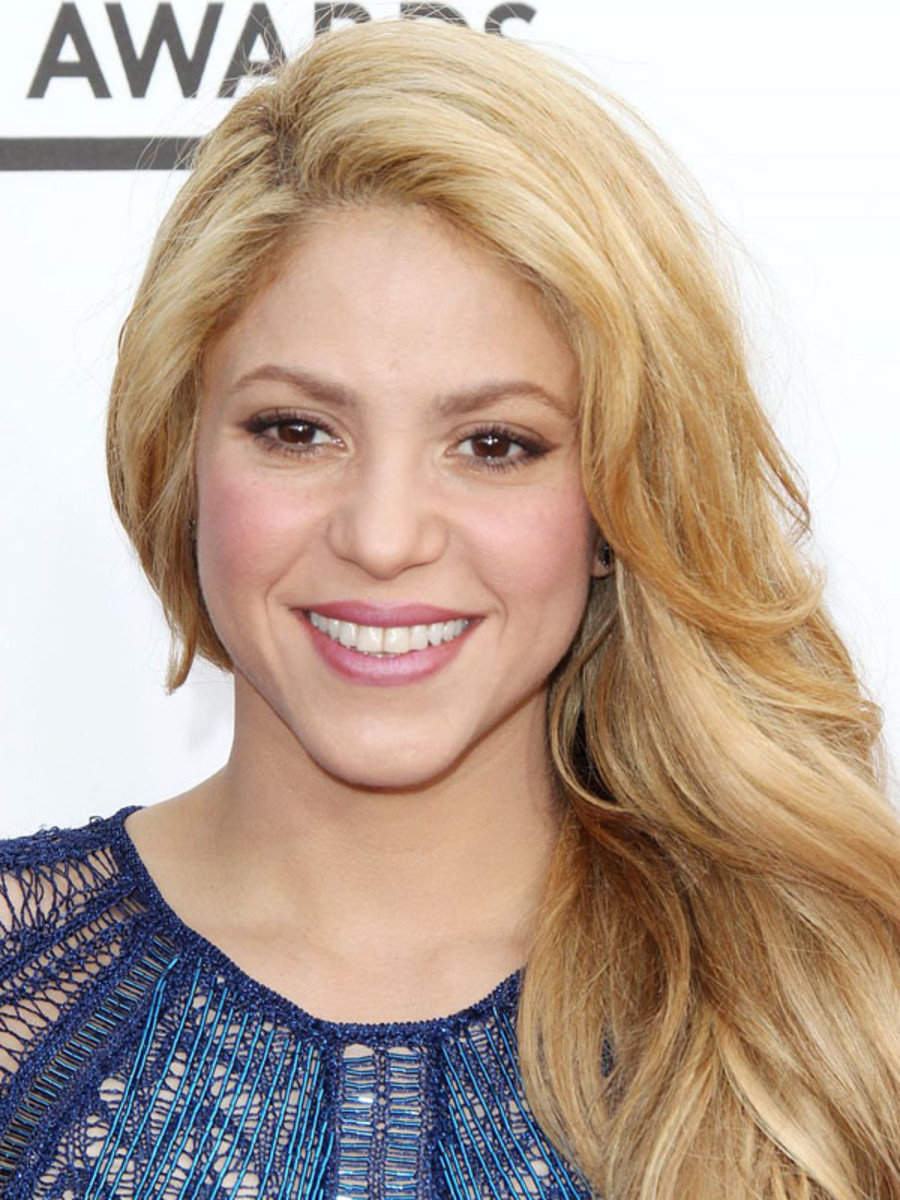 Shakira does her own makeup