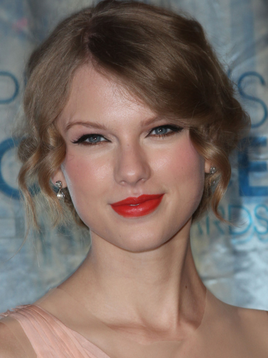 Taylor-Swift-Peoples-Choice-Awards-Jan-2011