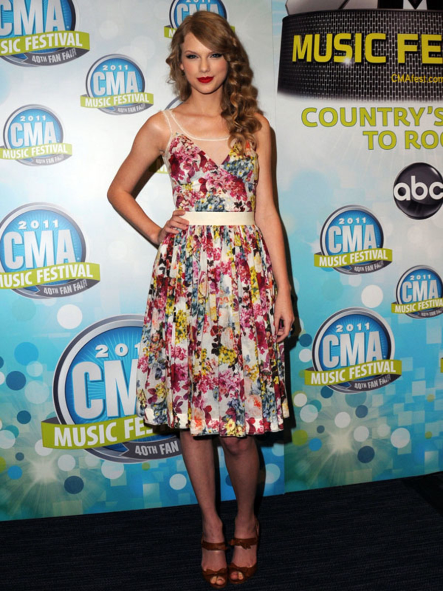 Taylor-Swift-CMA-Muxic-Festival-Press-Conference-in-Nashville-2011-3