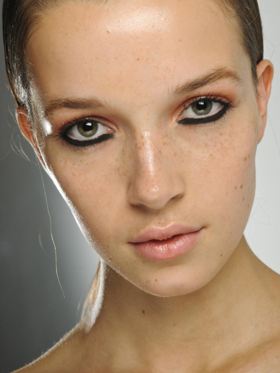 How to use a face mist and why you need one beautyeditor house of holland spring 2012 makeup solutioingenieria Image collections