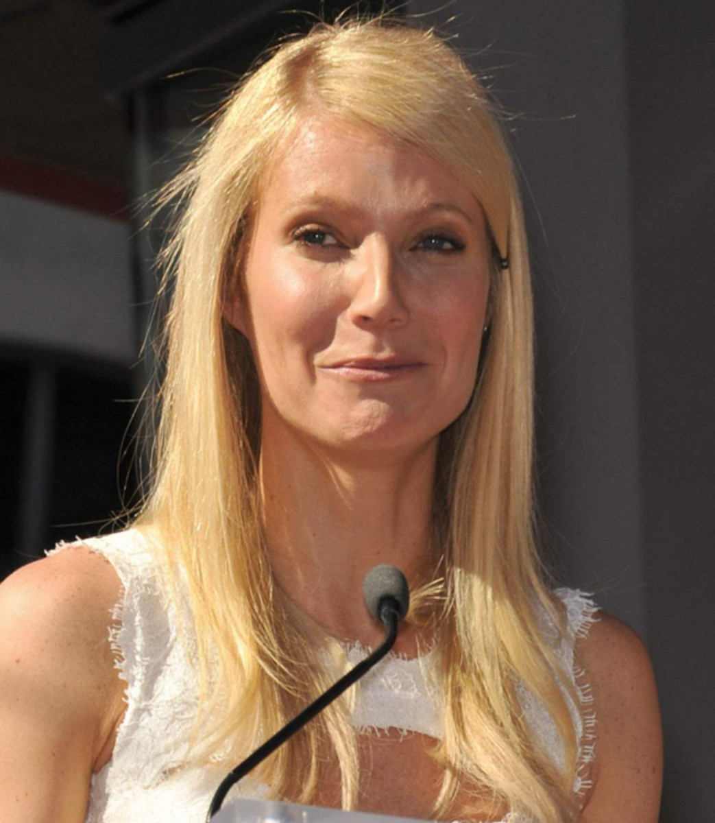 Gwyneth-Paltrow-Hollywood-Walk-of-Fame-2010-face-frozen