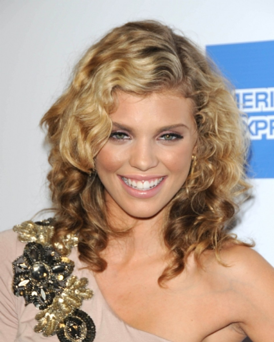 AnnaLynne-McCord-controlled-waves