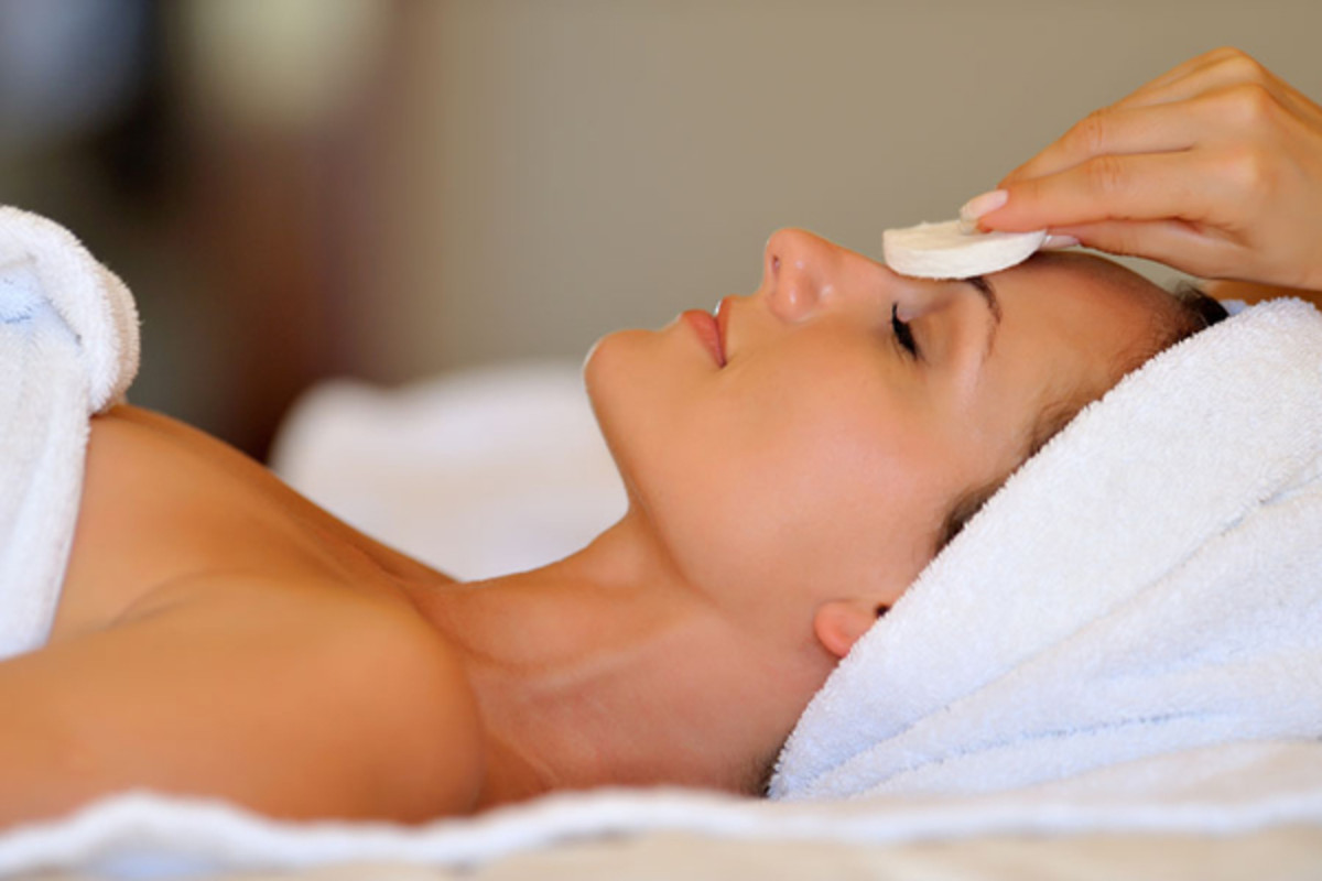 Facial cleansing the skin