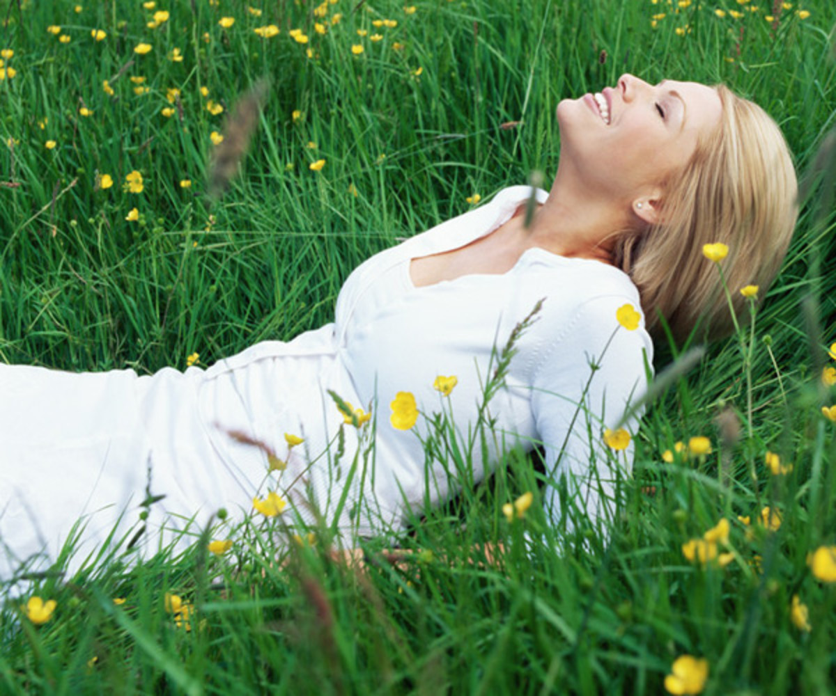 woman-lying-on-grass