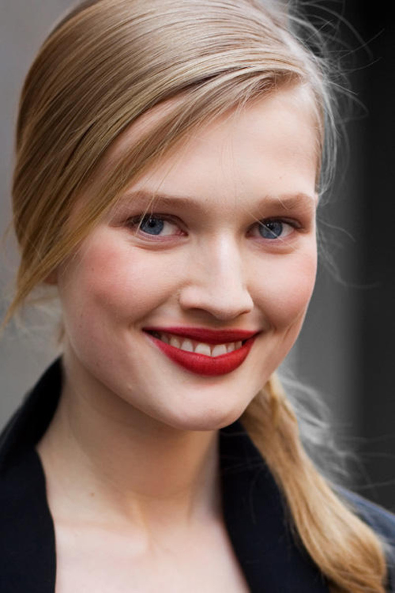 blonde-with-red-lipstick
