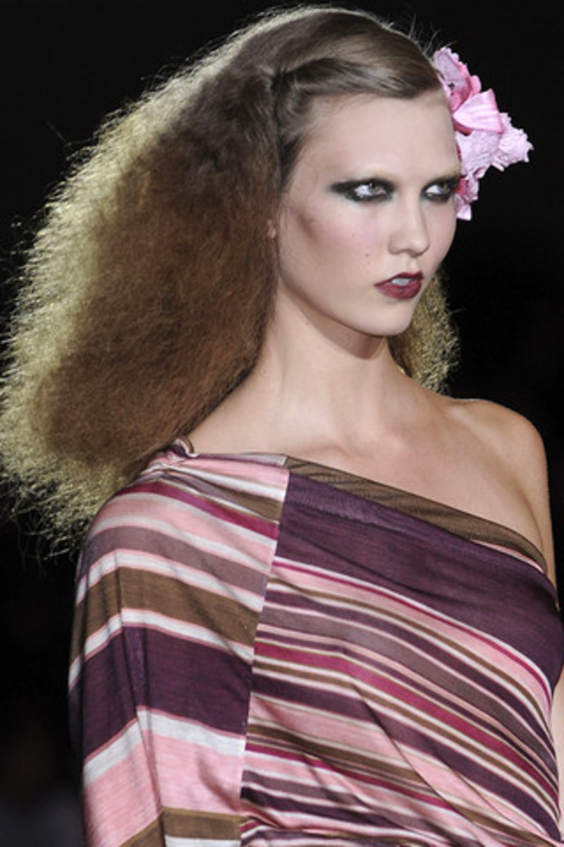 MARC-JACOBS-SPRING-RTW-2011-BEAUTY-013_runway