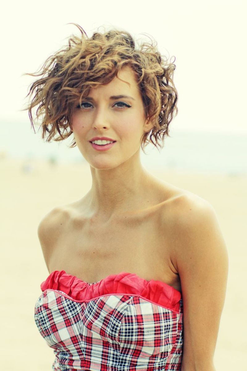 Light brown permed short hairstyle