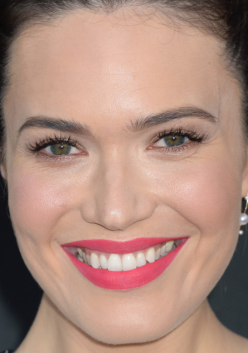How to wear bright lipstick 12 inspiring celebrity looks mandy moore college television awards 2017 baditri Image collections
