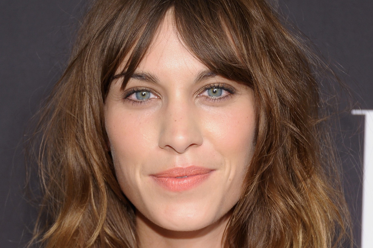 How to give straight, brown hair a new look